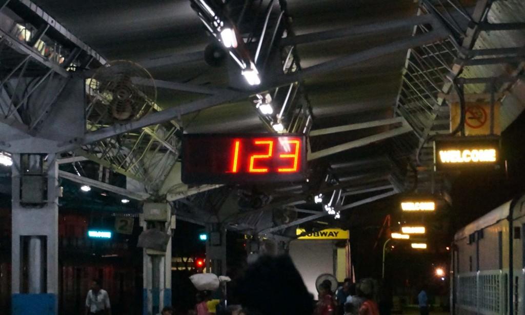 027-1 コルカタ駅着